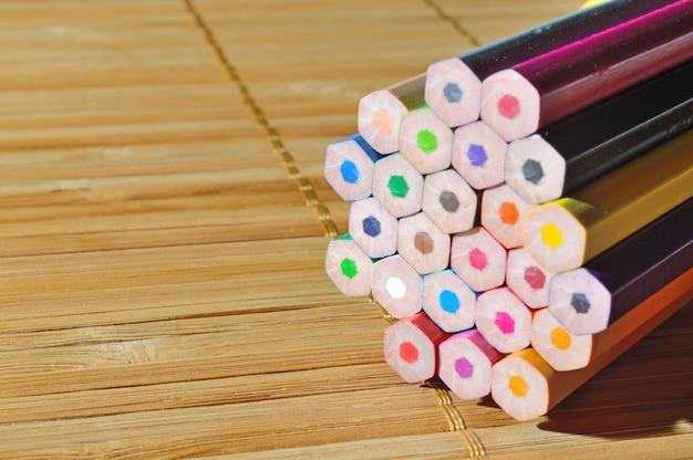 Pilha de lápis na mesa de madeira