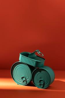 Pilha de latas azuis com vista frontal