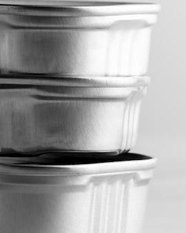 Pilha de latas prateadas em close-up