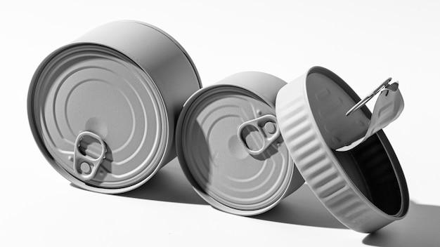 Pilha de latas redondas cinzentas de alto ângulo