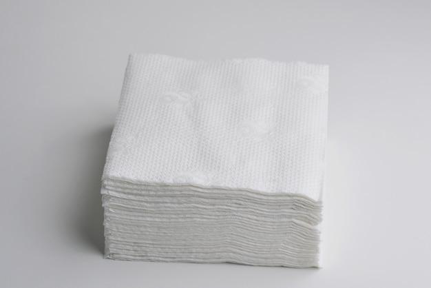 Pilha de lenços de papel limpos na superfície branca