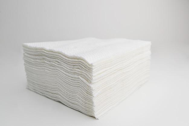 Pilha de lenços de papel na superfície branca