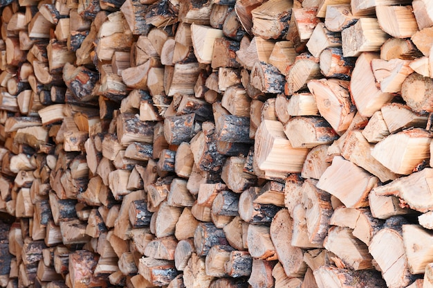 Pilha de lenha de toras de carvalho seco. foco seletivo.