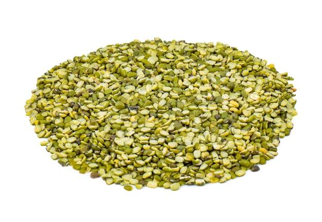 Pilha de lentilhas raw mung bean split ou mung dhal no fundo branco