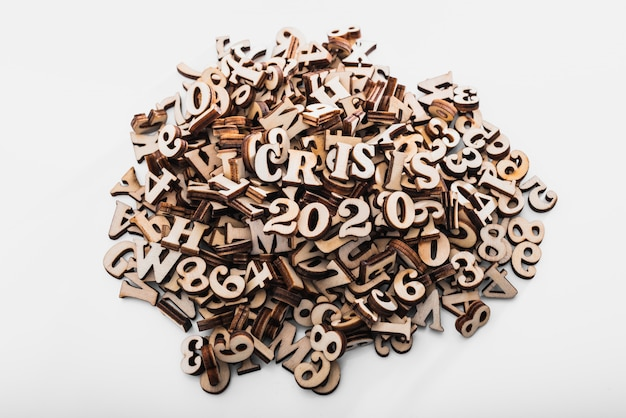 Pilha de letras de madeira com crise econômica no conceito 2020