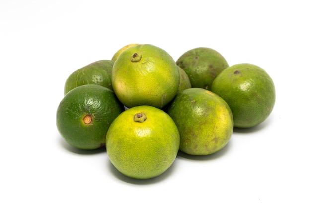 Pilha de limão verde isolada em um fundo branco
