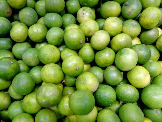 Pilha de limões frescos verdes no mercado