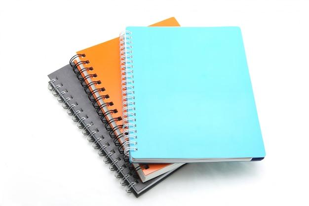 Pilha de livro de argolas isolado no branco