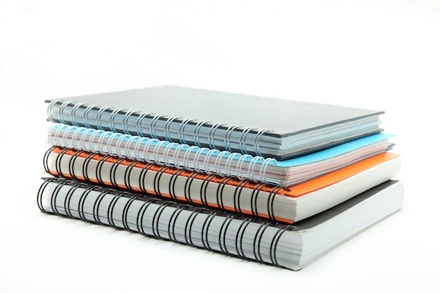 Pilha de livro de capa dura de fichário isolado no branco