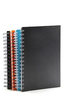 Pilha de livro de nota de fichário isolado no branco