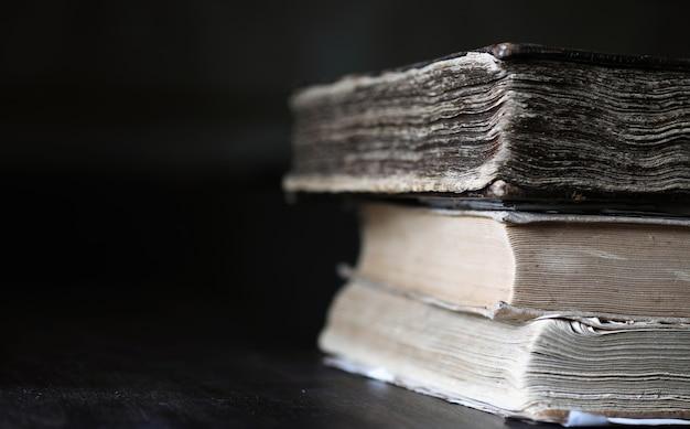 Pilha de livro retro antigo na mesa de madeira marrom