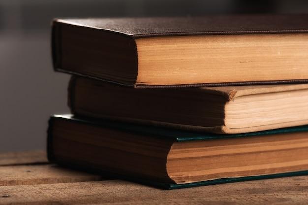 Pilha de livros antigos de antiquário