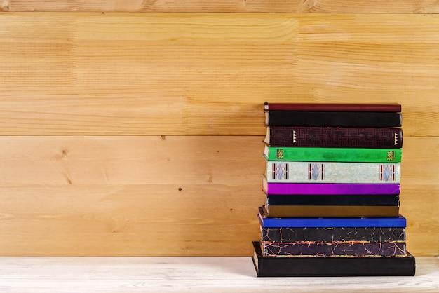 Pilha de livros antigos em uma prateleira de madeira