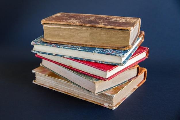 Pilha de livros antigos isolados em fundo escuro