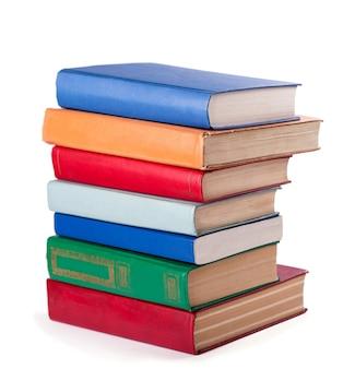 Pilha de livros antigos, isolados no branco.