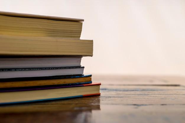 Pilha de livros antigos na mesa com espaço para texto