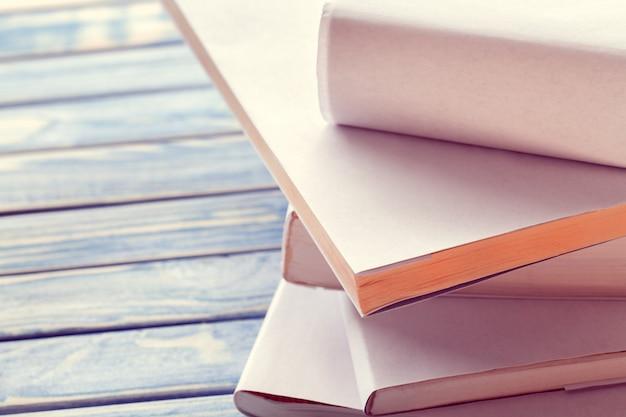 Pilha de livros brancos