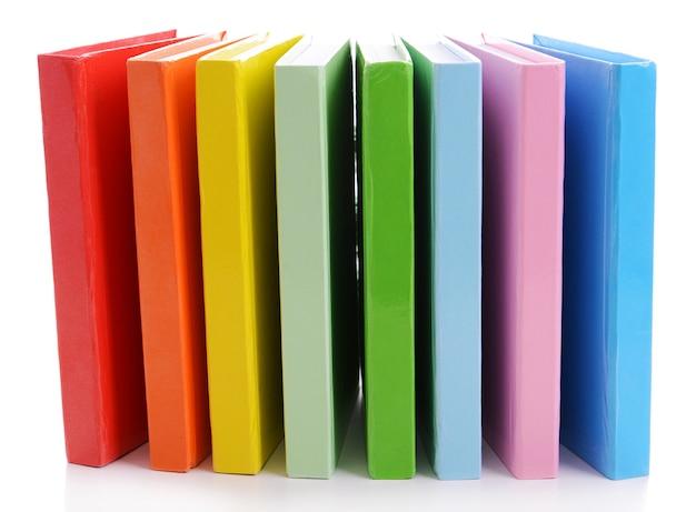 Pilha de livros coloridos em branco