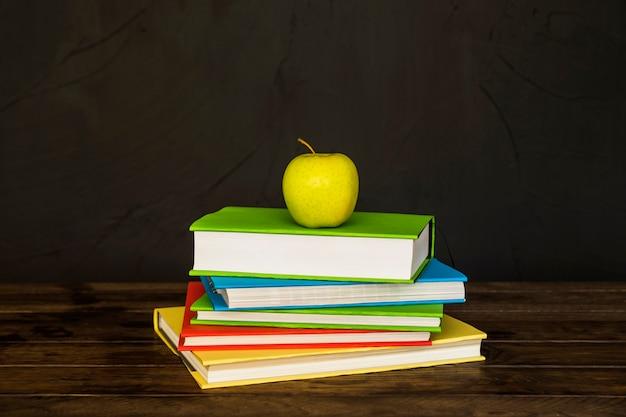 Pilha de livros com a apple no topo