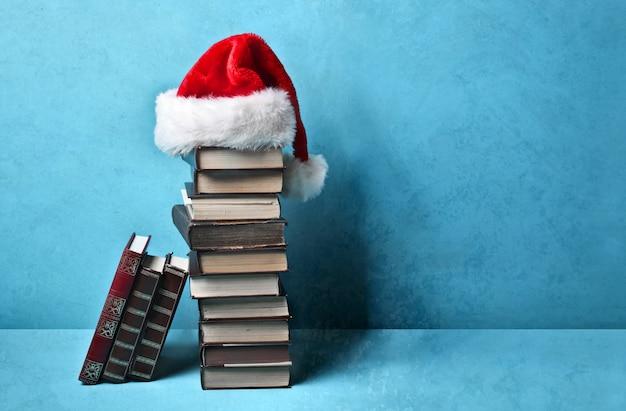 Pilha de livros com chapéu de papai noel