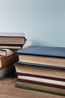 Pilha de livros com espaço de cópia