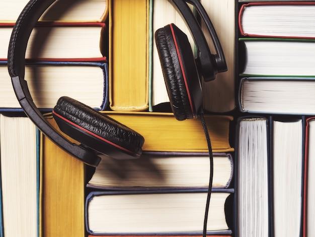 Pilha de livros com fones de ouvido