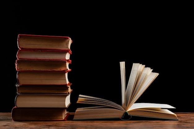 Pilha de livros com fundo escuro