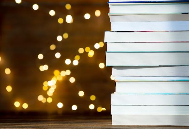 Pilha de livros com luzes de fada