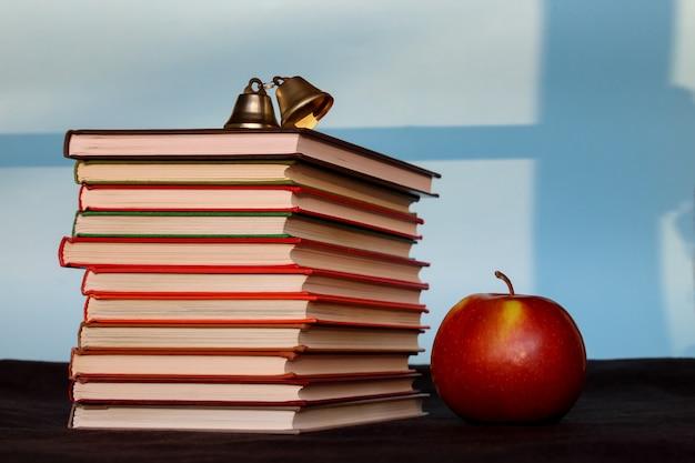 Pilha de livros com maçã, educação, leitura, volta ao conceito de escola