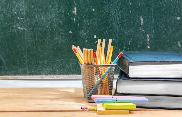 Pilha, de, livros, com, notas, papel, e, caneta, com, lápis, em, cesta, recipiente, ligado, tabela madeira, com, chalkboard