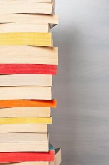 Pilha de livros de bolso.