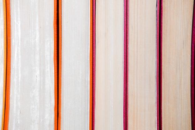 Pilha de livros de papel laranja vintage em capa dura. lista de leitura de outono.