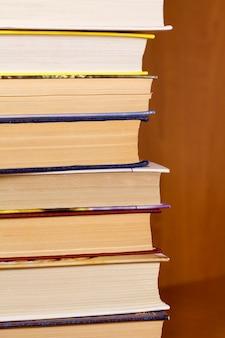 Pilha de livros de perto sobre fundo de madeira