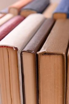 Pilha de livros de perto