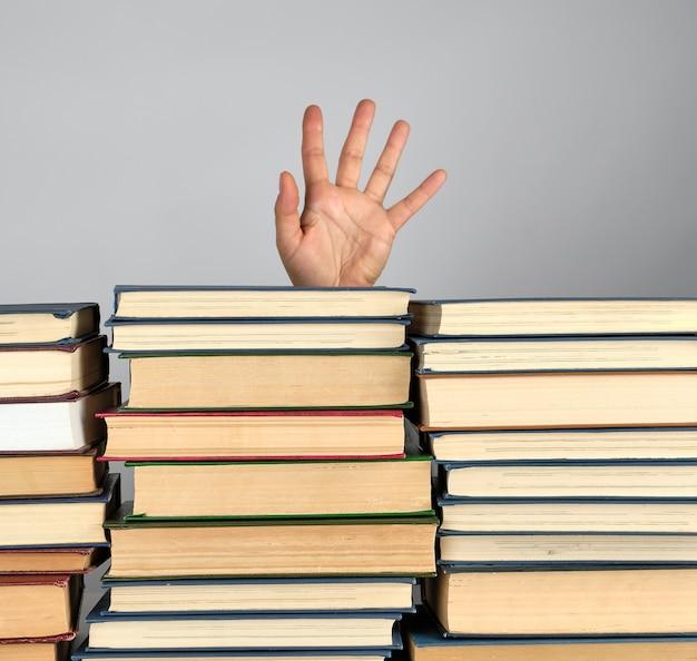 Pilha de livros diferentes em cinza
