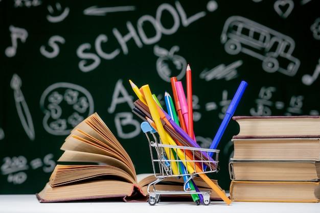 Pilha de livros e lápis coloridos