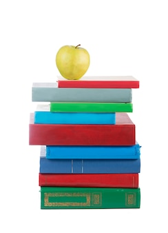Pilha de livros e maçã isolada na superfície branca