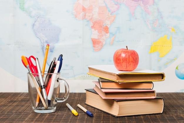 Pilha de livros e material escolar