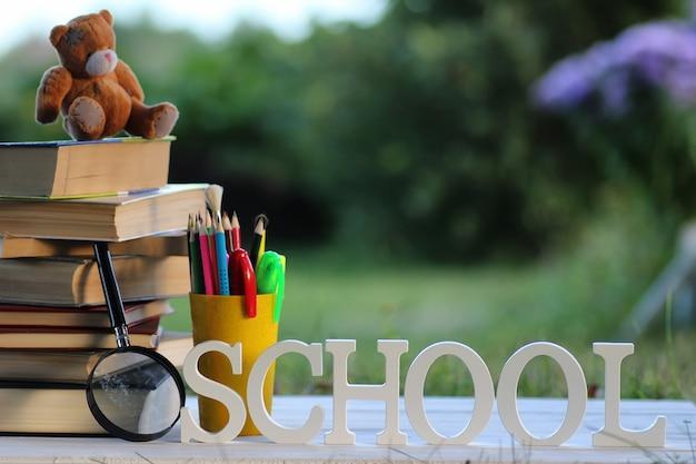 Pilha de livros educacionais ao ar livre