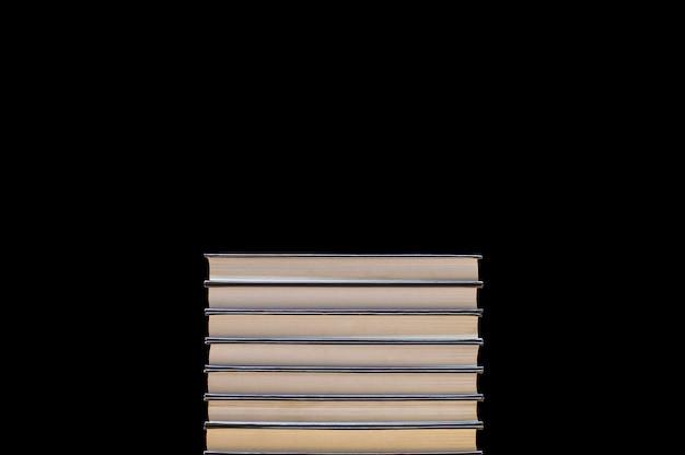 Pilha de livros em preto