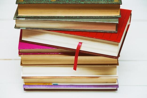 Pilha de livros em um fundo branco, close-up