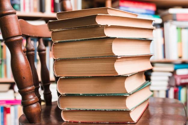 Pilha de livros em uma cadeira