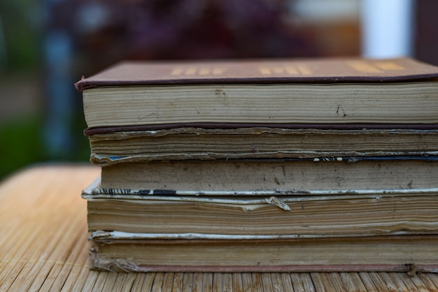 Pilha de livros em uma mesa de madeira