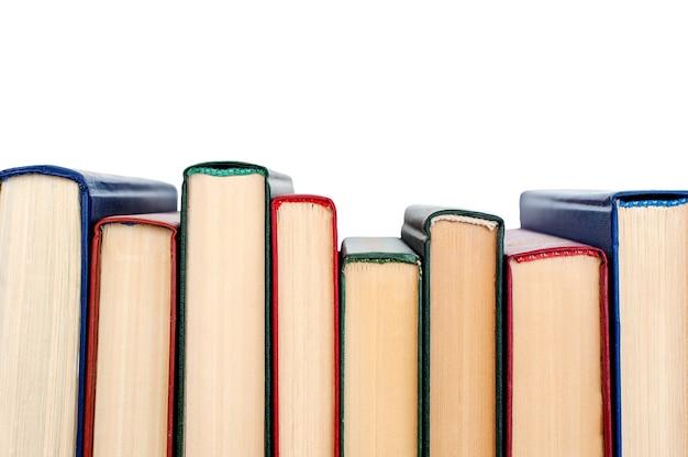 Pilha de livros isolada no fundo branco vista de cima