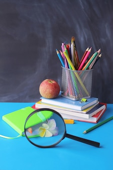 Pilha de livros, lápis, maçã, bloco de notas - educação, conceito de aprendizagem