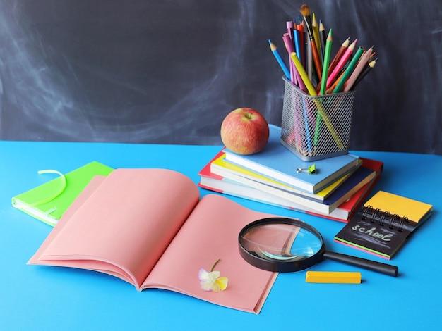 Pilha de livros, lápis, maçã - conceito de aprendizagem