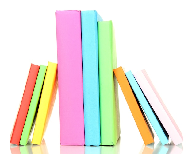 Pilha de livros multicoloridos isolados no branco
