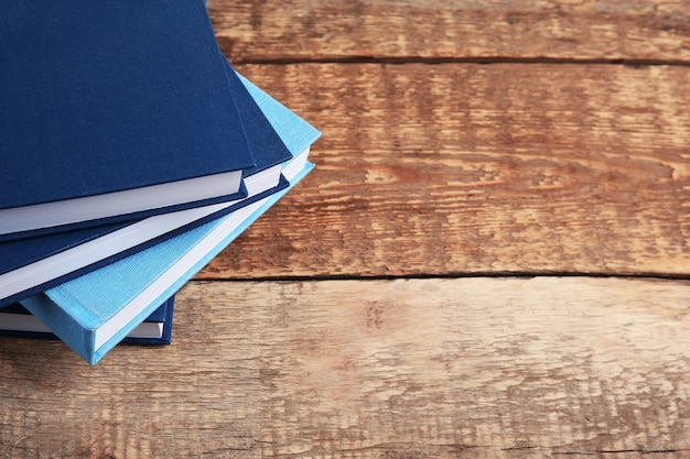 Pilha de livros na mesa de madeira