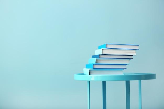 Pilha de livros na mesa em azul