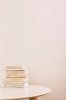 Pilha de livros na mesa